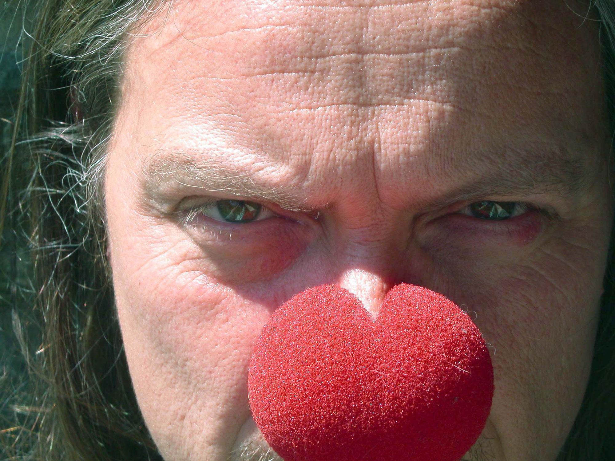 Visage de Franck Lepage avec un nez de clown