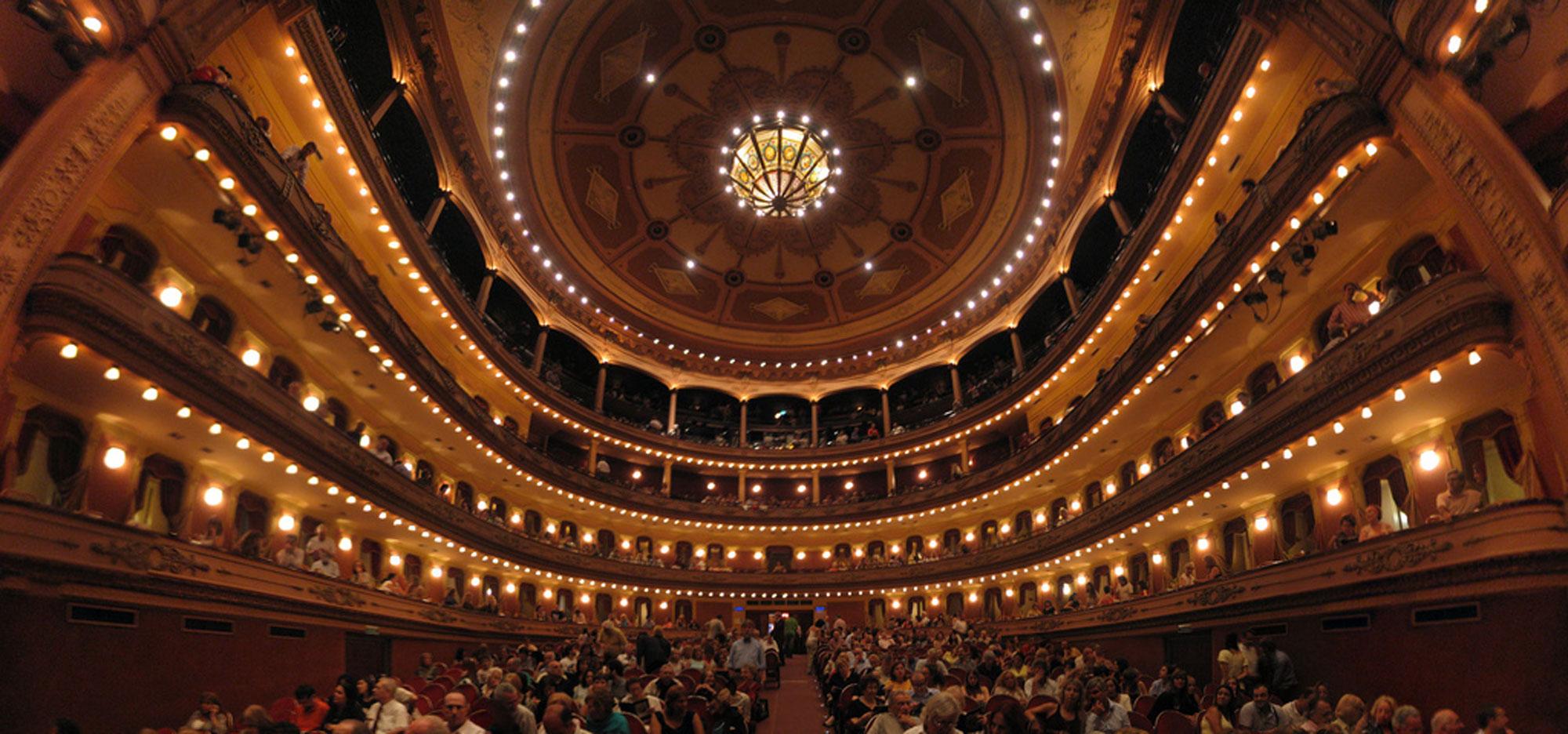 Photo : « Teatro Avenida de Buenos Aires, 09/03/2008 » CC BY-NC-SA 2.0 Sfer